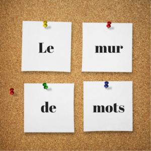 """Image d'un babillard et des papiers avec les mots """"le"""", """"mur"""", """"de"""" et """"mots"""""""