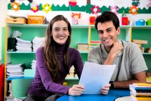 deux professionnels de l'enseignement qui sont en train de collaborer