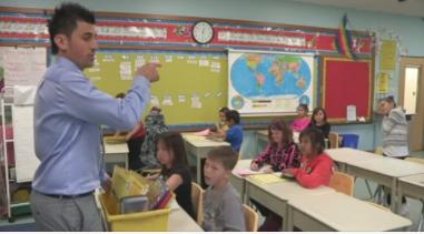 L'enseignant entrain de diviser la salle de classe en pairs.