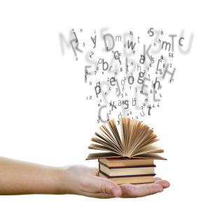 Image d'une main qui tient un livre.