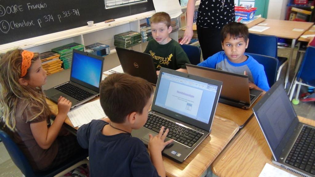 Des élèves devant des ordinateurs