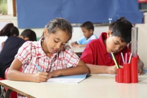 Élèves qui écrivent en classe