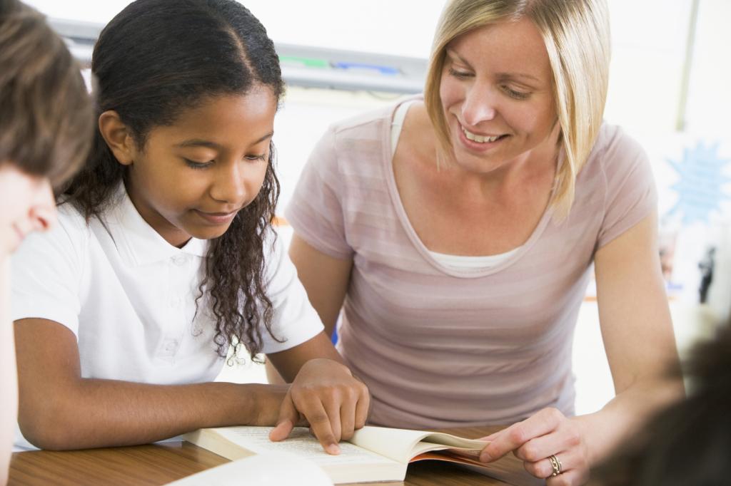 Image d'un élève et un enseignant qui lisent.