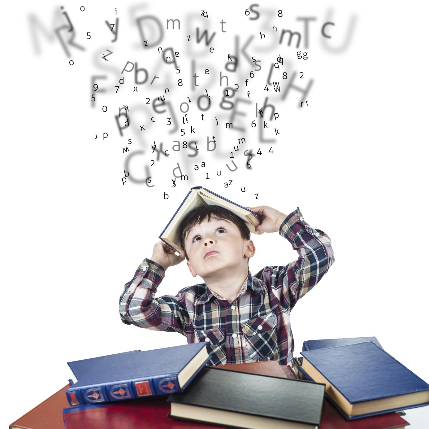 Image d'un Enfant avec un livre sur sa tête