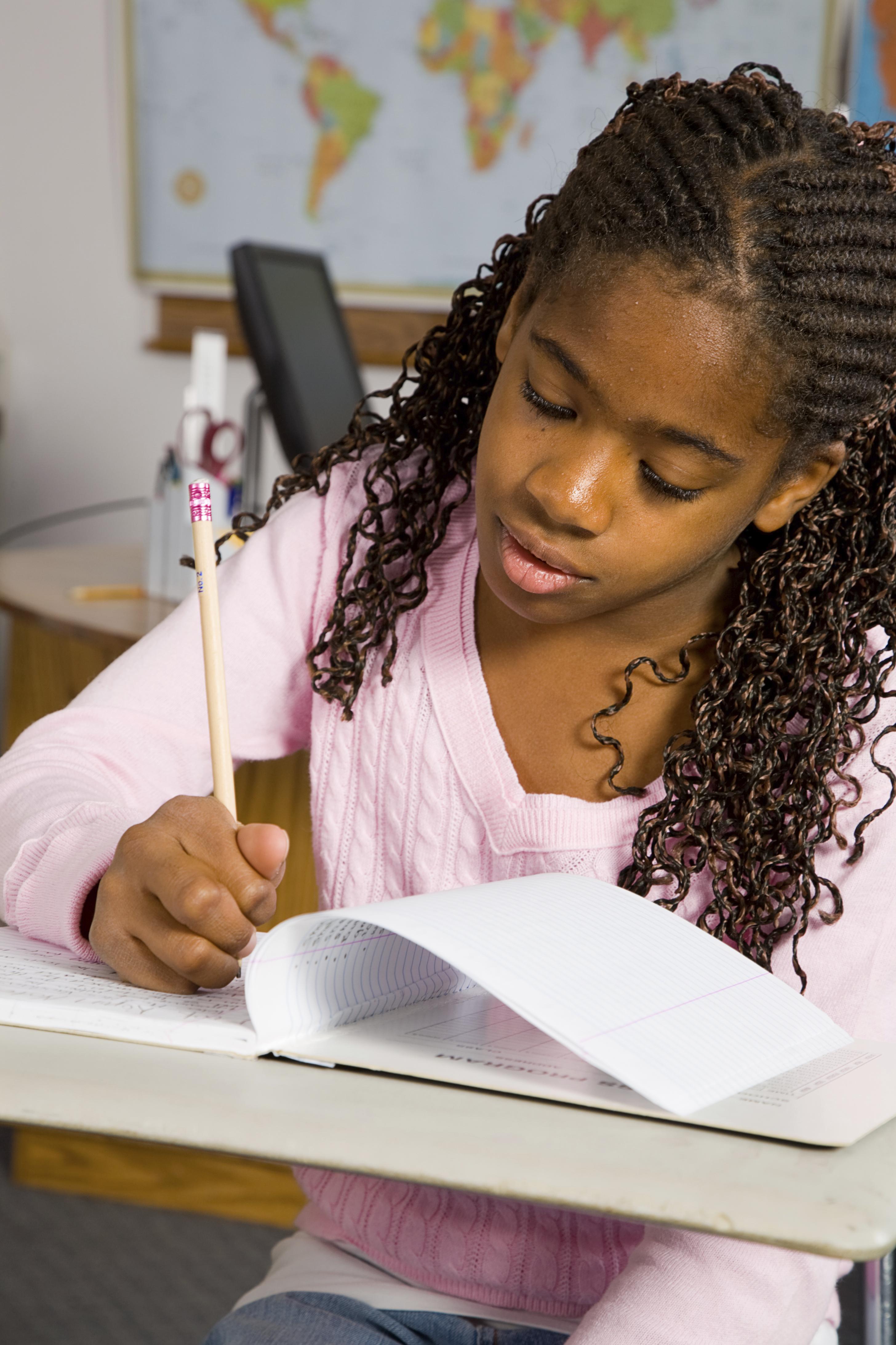 Image d'une étudiante qui redige un texte.