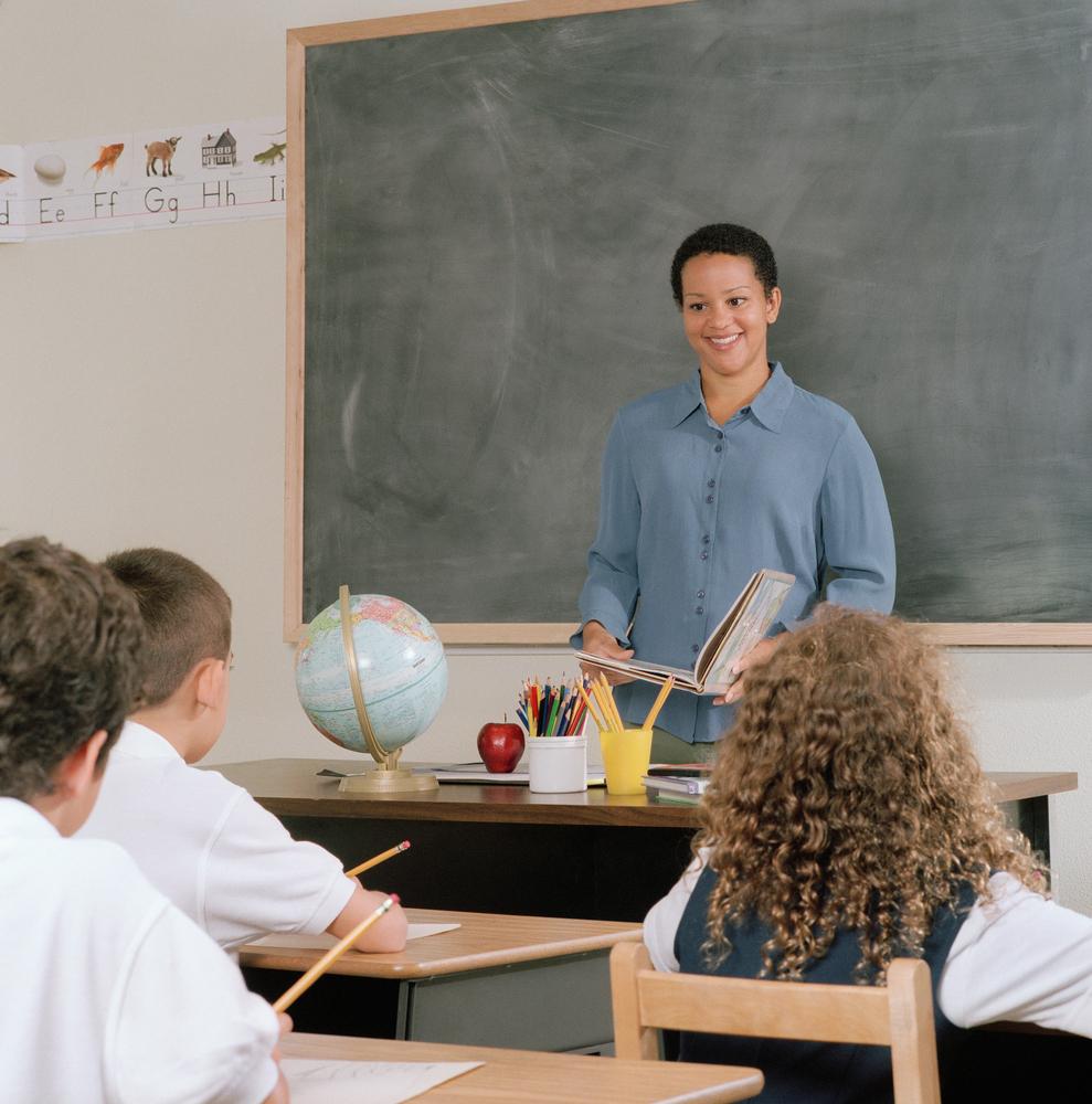 Image d'une salle de classe faisant la lecture ensemble.