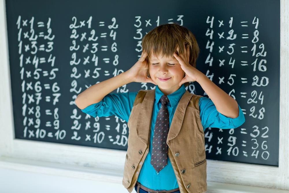 un élève entrain de mémoriser une table de multiplication
