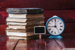 Image de plusieurs livre avec une horloge