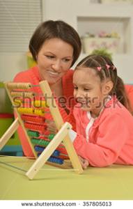 Image d'enfant en train de resoudre un problème de Math