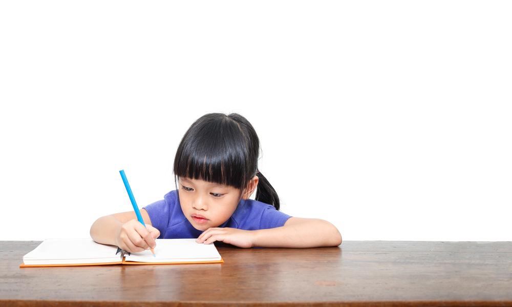 Un enfant qui écrit