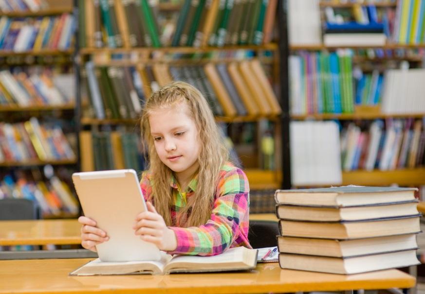 Photo d'une élève entrain d'utiliser un Ipad.