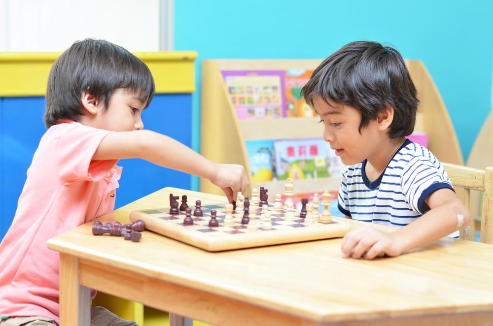 Photo de deux étudiants entrain de jouer.