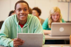 Un élève devant un ordi.