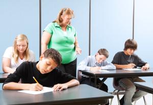 Des élèves qui écrivent