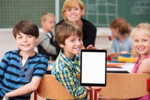 élèves en classe avec une tablette