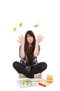 Adolescente frustrée qui jète des papiers adhésifs