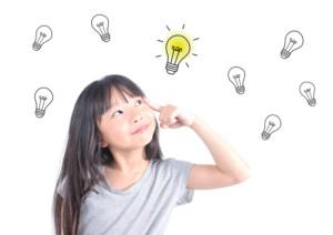 Fille qui pense et des dessins d'ampoules