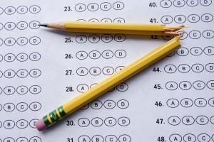 Photo d'un crayon cassé sur un test à choix multiple