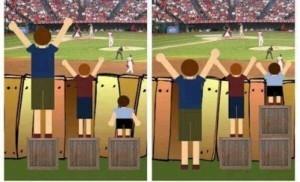 Deux images différentes représentant trois enfants qui regardent un match de baseball