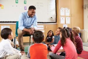 un enseignant en table ronde avec des élèves