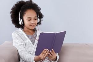 Une fille qui lit en portant des écouteurs