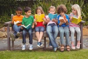 Des enfants qui lisent sur un banc