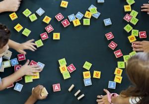 élèves jouant avec des blocs lettres