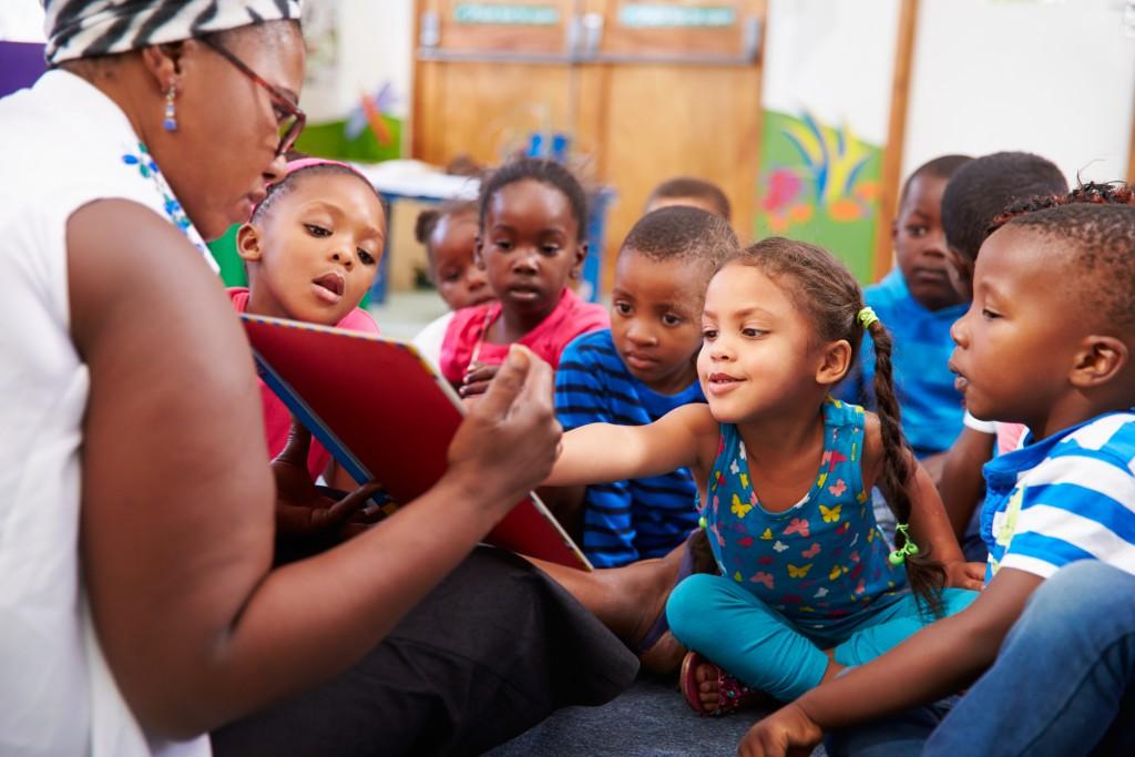 une enseignante lisant à une classe