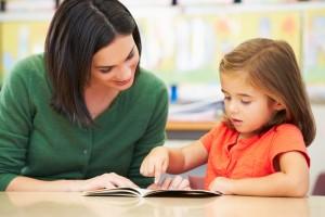 Une enseignante lisant avec une élève
