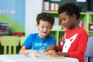 2 garçons lisant ensemble en classe