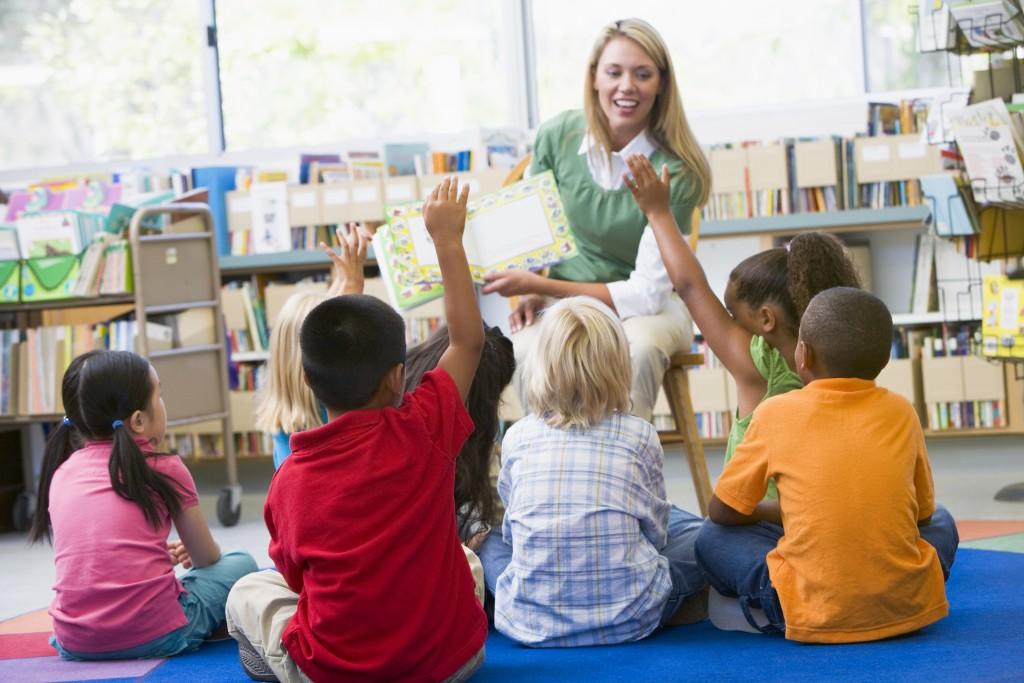 Image d'une enseignante qui lit à des élèves.
