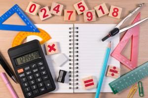 un cahier, une calculatrice, et d'autres matériels mathématiques